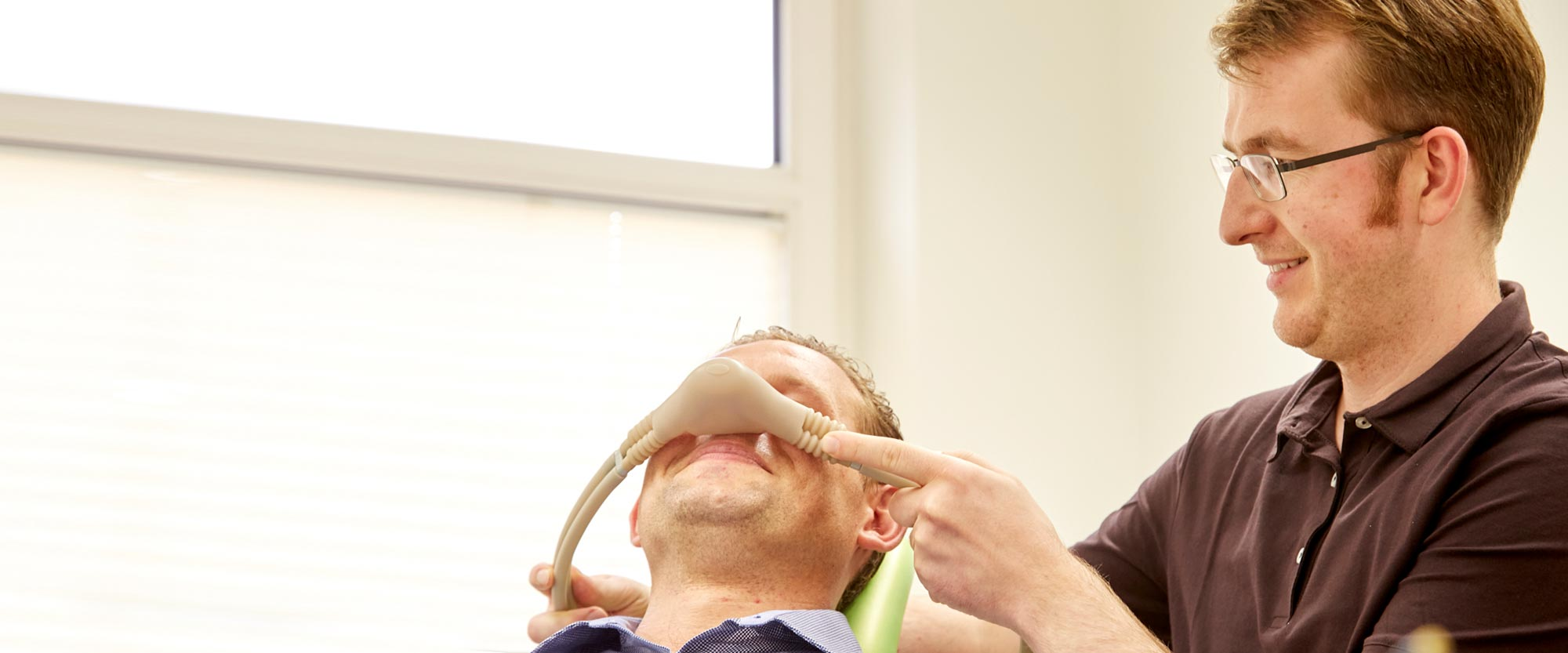 Zahnarzt Lennard Bertram bietet eine schonende Behandlung für Angstpatienten