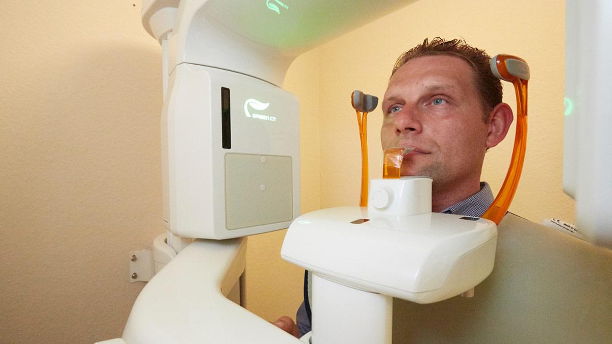 Mann in einem Digitalen Volumentomographen in der Zahnarztpraxis Bertram in Leer.