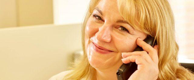 Alina Horst am Telefon für Ihren Kontakt zur Zahnarztpraxis Bertram in Leer