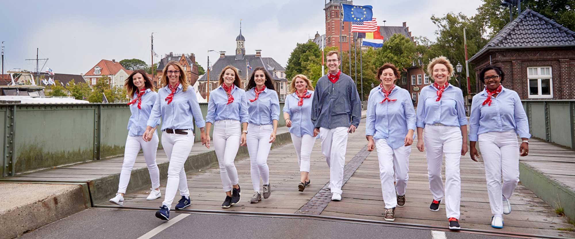 Das Team der Zahnarztpraxis Bertram in Leer in traditioneller ostfriesischer Kleidung