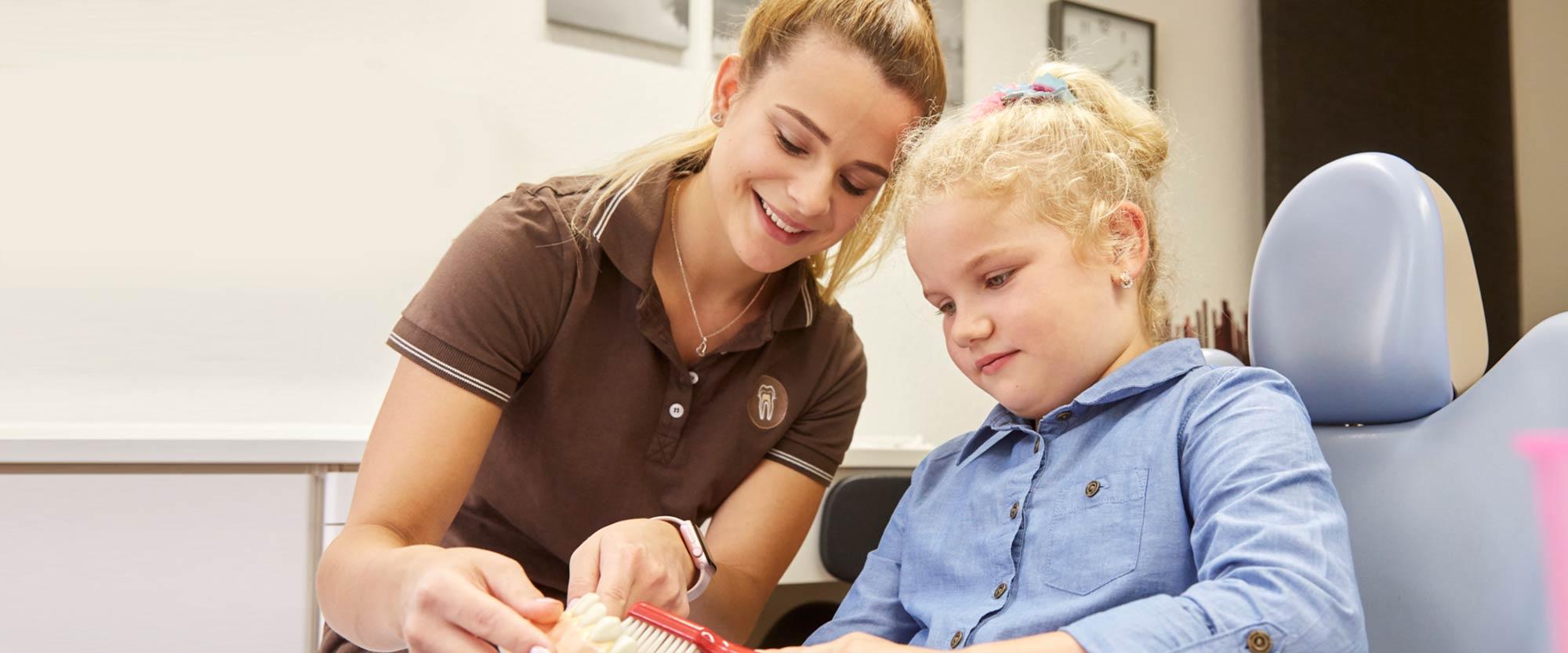 Selina Schimmank gibt Mädchen Tipps zur Pflege von Kinderzähnen
